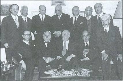 Ομαδική φωτογραφία λογοτεχνών της γενιάς του '30. Διακρίνονται όρθιοι από αριστερά οι: θ. Πετσάλης, Η. Βενέζης, Ο. Ελύτης, Γ. Σεφέρης, Α. Καραντώνης, Στ. Ξεφλουδας και Γ. Θεοτοκάς· καθιστοί οι: Αγγ. Τερζάκης, Κ.Θ. Δημαράς, Γ. Κατσίμπαλης, Κ. Πολίτης και Ανδρ. Εμπειρίκος.